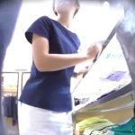 【盗撮動画】イイ下半身してやがる!清楚系美人ショップ店員のギャルを逆さ撮りパンチラwww