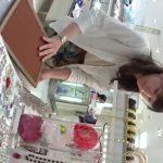 【盗撮動画】アクセサリー販売員の清楚な美人ショップ店員のスカート内からパンチラ収録!