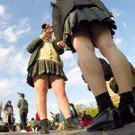 【HD盗撮動画】修学旅行でしょうか!テーマパークで同じ制服の女子校生がいっぱいのパンチラ!