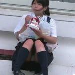 【盗撮動画】しゃがみ込んでpinoを食べている美少女JC女子校生の股間から正面パンチラwww
