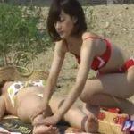 【盗撮動画】ビーチでポロリを狙っていた危険人物が欲情して襲い掛かり美乳マンコ丸出し!!