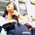 【盗撮動画】制服美少女の追跡パンチラ!ミニスカ過ぎて隠そうとしてもパンティ見えまくりwww