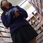 【盗撮動画】即削除!JC中○生クラスの童顔ロリ美少女のパンチラを書店で逆さ撮りしてる!!
