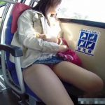 【HD盗撮動画】バスで美人ギャル達のパンチラ胸チラ隠し撮り!無防備な胸元とパンティwww