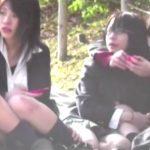 【盗撮動画】座り込んだ激カワ制服女子校生のパンチラを狙って股間を凝視!のぞき本舗