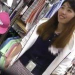 【盗撮動画】とても親切で愛想も良いショップ店員の美人お姉さんのパンチラを無断撮影した!!