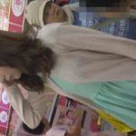 【盗撮動画】幼そうな子供と母親らしき女性と一緒の美人ギャルのパンチラを店内で逆さ撮りした!!