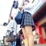 【盗撮動画】信号待ちしてた可愛い制服女子校生にさり気なく付きまとってパンチラを尾行撮影したwww