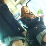 【盗撮動画】BORMAN師!JK美少女グループの下半身を電車内で逆さ撮りした危険パンチラ映像!!