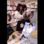 【盗撮動画】書店で立ち読み中の制服美少女の背後に回り込んでムチ尻パンチラを逆さ撮りwww