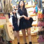 【盗撮動画】店内で下半身が新鮮なJK美少女達に粘着してミニスカから覗くパンチラを無断撮影www
