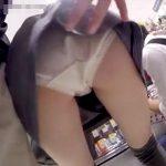 【盗撮動画】完全危険人物!人が多い店内でギャルのパンチラを撮影するためにスカート捲ってる!!