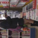【盗撮動画】即削除!書店で真面目系オタク女子校生の立ち読み中に逆さ撮りしたパンチラ映像!!