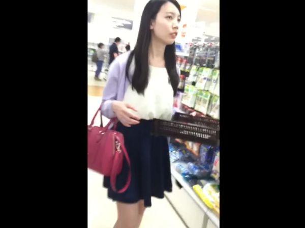 【盗●動画】清楚系美人のお姉さんに粘着して危険すぎるパンチラを逆さ撮りしまくって公開したwww
