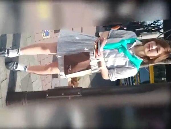 【盗撮動画】街頭でティッシュ配りのお仕事中のお姉さんが清楚美人すぎてパンチラを無断撮影www