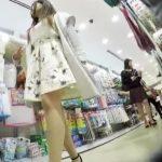 【盗撮動画】大人の色気ダダ洩れなフェロモン美人お姉さんのパンチラを店内で無断撮影www