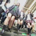 【盗撮動画】現役女子校生達の美味しそうな下半身を逆さ撮りしてパンチラ映像を収集したwww
