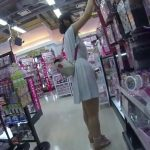 【盗撮動画】ダイソーらしき100円ショップ店内で清純ワンピースの美少女のパンチラを無断撮影www