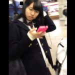 【HD盗撮動画】危険人物の第一人者ピンクの時計!清純美少女を追い回してスカート捲りパンチラ!!