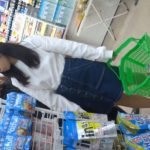 【HD盗撮動画】お母様とコンビニで買い物中の幼い顔立ちを残した女の子のパンチラを隠し撮りした!