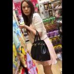 【隠撮動画】お買い物中の美人お姉さんに絶妙な距離感で尾行してパンチラを隠し撮りし続けてる!!