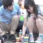 【盗撮動画】パンチラ正面凝視!デート中の社会人カップルの彼女さんの股間から純白パンティwww