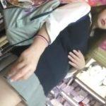【盗撮動画】激カワ美少女のパンチラ大攻略!しゃがみ込んだ瞬間の股間ノーガードはマジ必見www