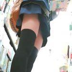 【盗撮動画】JCくらいのニーハイ制服女子校生の立ち読み中にパンチラを逆さ撮りした危険映像!!