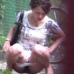 【盗撮動画】決定的瞬間スクープ!!!オシッコ我慢できない美人ギャルが駐輪所で野外放尿して通行人に叱られる!