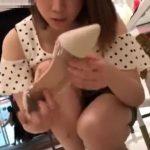 【盗撮動画】美人ショップ店員さんをしゃがみ込みに誘導してパンチラ撮影すると胸チラも楽しめるwww