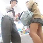 【盗撮動画】コンビニらしき店内で彼氏クン同伴の制服美少女のパンチラを隠し撮りしてる!!!