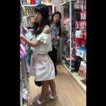 【盗撮動画】激カワお嬢さんのスカート内からパンティ映像をゲットしたパンチラ撮り師の功績www