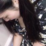 【盗撮動画】ラッキー乳首!電車でスマホに夢中なお姉さんの浮きブラ胸チラ映像とか完全ご褒美www