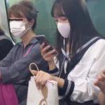 【盗撮動画】制服女子校生の純白パンティ!電車内で逆さ撮りされた食い込み気味のパンチラ!!