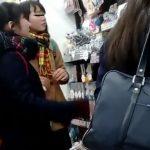 【HD盗撮動画】どこにでもいそうなオタク系女子校生二人組の逆さパンチラを綺麗撮りwww