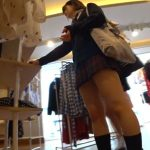 【HD盗撮動画】制服美少女の美脚とパンティ!買い物中に密着して靴カメで逆さ撮りwww