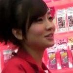 【盗撮動画】イイやつです!スマホ販売店のスレンダー美人ギャルのパンチラ隠し撮り!!