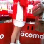 【盗撮動画】家電量販店のDOCOMOブースで販促ガールのパンチラを無断で隠し撮り!!