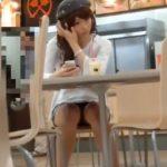 【盗撮動画】フードコートで見かけたミニスカ美人ギャルの股間からパンチラ激写www