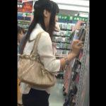 【HD盗撮動画】ミニスカお姉さんの股間を激写!店内の棚越しに隠し撮りしたパンチラ映像!