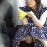 【HD盗撮動画】絶好アングル!かき氷食ってる清涼系美女のムレムレ股間のパンチラ凝視!
