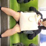 【盗撮動画】制服女子校生のパンチラを電車対面で隠し撮りして興奮のあまり尾行する!