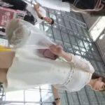 【盗撮動画】空港内でひと際目立つ純白ワンピースの美人お姉さんの尾行パンチラ!!