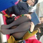 【HD盗撮動画】おばちゃんのお色気ダダ洩れ!空港でパンツ見えそうなメガネOLを隠し撮り!