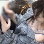 【HD盗撮動画】アイドル級美人ギャルの生乳首露出の瞬間!駅のホームで奇跡的胸チラGET!