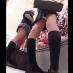 【盗撮動画】捲ってんじゃん!!!制服美少女の女子校生のパンチラを店内で隠し撮り放題!