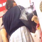 【盗撮動画】ママと買い物中のポニテ女子校生のプニプニ下半身からパンチラを隠し撮り!