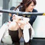 【盗撮動画】イイやつです!待望の瞬間!しゃがみ込んだ素人美人の股間からパンチラ凝視!