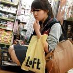 【HD盗撮動画】マジで危険行為!買い物中の素人性系ギャルに付き纏うパンチラ撮り師!