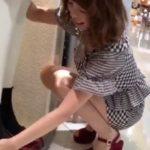 【盗撮動画】美人ショップ店員のお姉さんのしゃがみ込んだ股間からパンチラを覗き込むwww